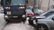 В Киеве мусоровоз разбил десять авто — «ДТП»