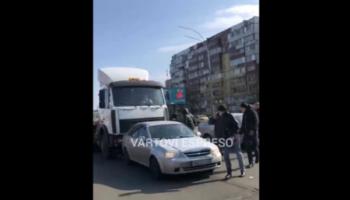 В Киеве грузовик несколько раз таранил легковушку — «ДТП»